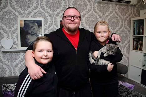 Haastatteluhetkellä flunssasta toipuva Marko Varho kaappasi Miikan ja Jennan kainaloonsa kuvaa varten. Kuvaan pääsi myös perheeseen loppukesästä muuttanut Eino-kissa.