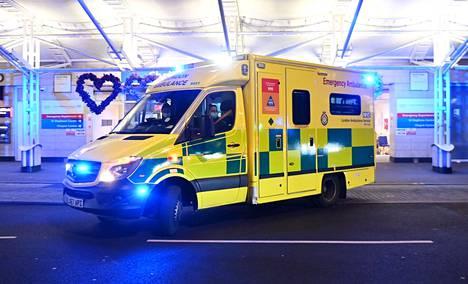 Britanniassa leviävä koronamuunnos on aiheuttanut laajaa huolta viruksen leviämisestä myös Suomessa. Britanniassa sairaaloiden kantokyky on hälyttävästi kuormittunut. Kuvassa ambulanssi tuo koronapotilasta Chelsean ja Westminsterin sairaalaan. Kansallinen terveysviranomainen on ilmoittanut, että kapasiteetti potilaiden hoitoon alkaa olla äärimmillään.