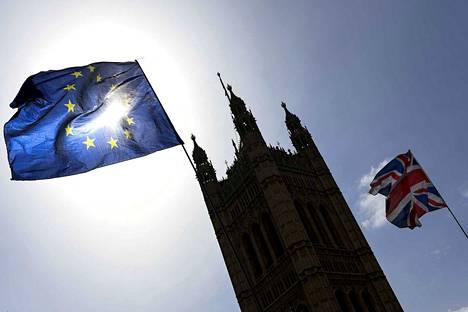 Valmista ei tunnu Britanniassa tulevan nyt ollenkaan. Ja aika kuluu jälleen.