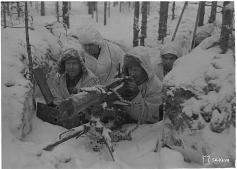Talvisota kesti 105 päivää. Ikonisessa kuvassa konekiväärimiehistö Lemetin lohkolla helmikuussa 1940.