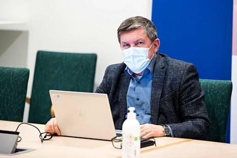 Johtajaylilääkäri Juhani Sand oli paikalla Pirkanmaan koronanyrkin kokouksessa tiistaina 16. maaliskuuta 2021.