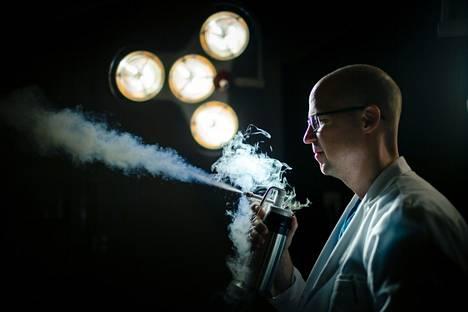 Ihotautilääkäri Carl Kyrklund suihkuttaa nestemäistä typpeä, jota käytetään pieniä määriä muun muassa syylien ja aurinkokeratoosin hoidossa. (Kuva ei vastaa hoitotilannetta).