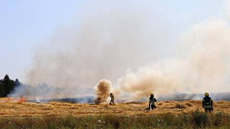 Palomiehet sammuttivat puidulla ohrapellolla Huittisissa riehunutta maastopaloa maanantaina iltapäivällä 26. heinäkuuta. Palo syttyi pöyhijän voimanottoakselin laakerin ylikuumentumisen seurauksena.