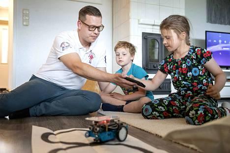 Isää tarvitaan vielä vähän auttamaan, että robotti saadaan kulkemaan tarvittavaa kahdeksikkoa lattialla. Joonas Ryynänen on nyt opettajan työnsä lisäksi koululaisen isä, sillä Elma aloitti juuri ensimmäisellä luokalla. Eino seuraa tarkkana vieressä, milloin hänen vuoronsa tulee.
