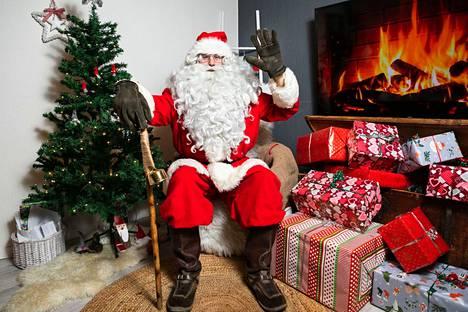 Joulupukilla on monia apulaisia, sillä Korvatunturin punanuttu ei ehdi joka paikkaan. Tämä apuri soittaa lapsille joulupuheluita Whatsupilla.