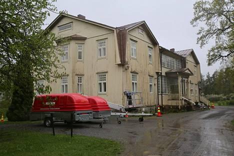 Sääksmäellä sijaitseva Voipaalan taidekeskuksen päärakennuksen huonoon kuntoon rapistunut maalipinta uusitaan julkisivuremontin yhteydessä.
