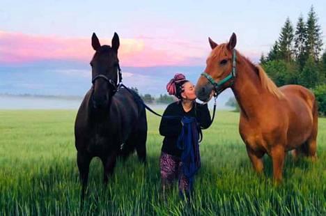 Ira Kinnusen hevoset karkasivat sunnuntain ja maanantain välisenä yönä Kettulantien ja Koirakorventien väliseen maastoon.