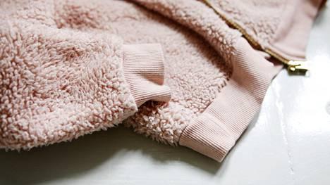 Polyesterista valmistetut pörrövaatteet kuluvat herkästi.