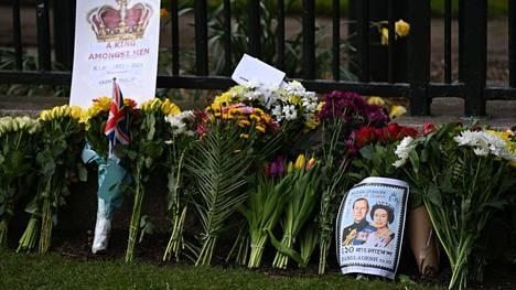 Windsorin linnan tuntumaan on tuotu paljon kukkia viikko sitten perjantaina kuolleen prinssi Philipin muistoksi.
