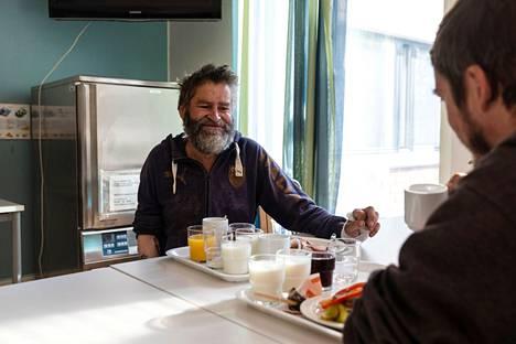 Petri Siuronen (vasemmalla) ja Jaanus Kuusk majailevat tilapäismajoituksessa Tampereen asumispäivystyksessä Tastussa ja kertovat, miksi alkoholi kuljettaa heidän elämäänsä. –On sellainen virheellinen käsitys, että ihminen juo huvikseen, Siuronen sanoo.