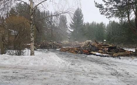 Tältä palopaikalla näyttää perjantaina aamupäivällä. Tuli tuhosi talon täysin.