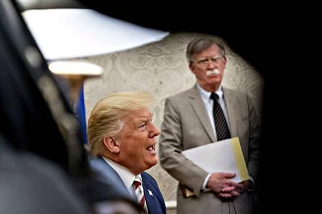 Presidentti Donald Trumpin entinen turvallisuusneuvonantaja John Bolton (oik.) ei aio äänestää Trumpia ensi marraskuun vaaleissa.