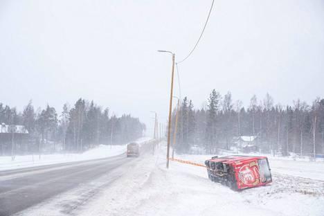 Satakunnassa sää oli huonompi kuin Pirkanmaalla. Linja-auto suistui valtatie 8:lta Porissa. Yksi ihminen loukkaantui Porissa linja-auton suistuttua tieltä. Onnettomuus sattui ennen aamuseitsemää Rauman ja Porin välisellä tiellä.