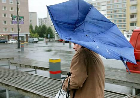 Sateenvarjot saattoivat olla koetuksella, mutta suuremmilta vahingoilta vältyttiin torstain ja perjantain välisen yön myräkässä. Arkistokuva Tampereen Tammelantorilta.