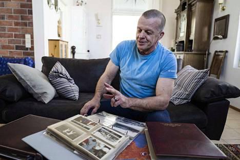 Seppo Myllylällä on albumissaan ja muistissaan monta tarinaa judomatkoiltaan.