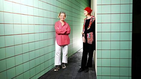 Raija Malka (vas.) ja Kaija Saariaho Blick-näyttelyyn sisältyvän maalauksen edessä.