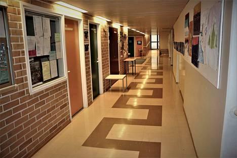 Merikarvian koulukeskuksessa oli hiljaista, kun oppilaat olivat kotioloissa opiskelemassa.