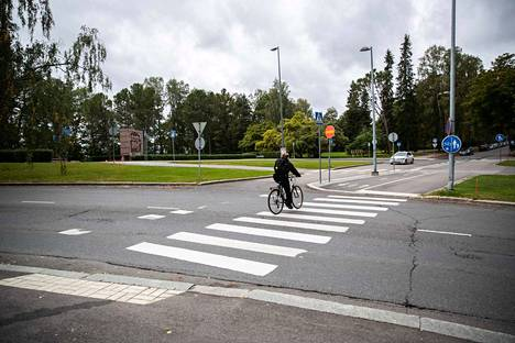 Kesäkuun alussa voimaan tullut tieliikennelaki selkeytti osittain epäselväksi jääneitä tulkintoja suojatiellä pyöräilystä. Arkistokuva syyskuulta.
