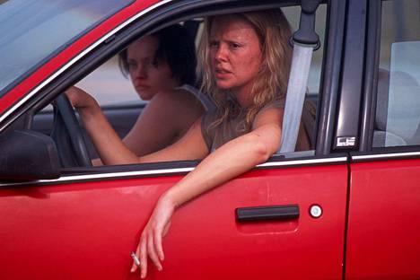 Charlize Theron sai Oscarin vuonna 2004 roolistaan Aileen Wuornosina. Naisystävää esittää Christina Ricci.