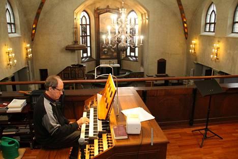 Huippu-urkuri Matti Pesonen soitti Mäntän kirkon uusien urkujen avajaiskonsertin vuonna 2003. Nyt yli 16 vuotta myöhemmin hän sai kunnian pitää juhlakonsertin tänä syksynä puhdistetuilla uruilla, joten sointi on entistä heleämpi ja lämmin.