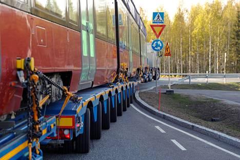 Ensimmäisessä kuljetuksessa ratikkavaunulla oli tiukat paikat Sääksjärven liittymässä Lempäälässä.