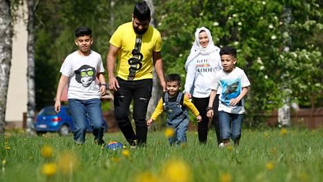 Kirjoittajakaksikko on sitä mieltä, että Satakuntaan pitää saada lisää maahanmuuttajia. Kuvassa on irakilaisen Omar Yaqoop Mohammedin perhe, joka asui kesällä 2019 Niinisalossa.