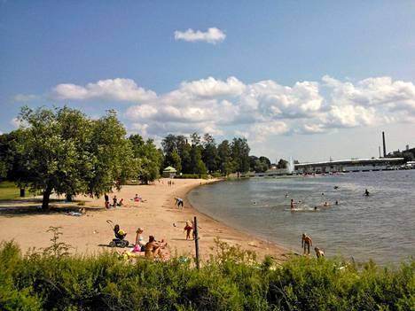 Pelastuslaitos hinasi Kirjurinluodon uimarannan edustalla ajelehtineen laiturin rannalle.