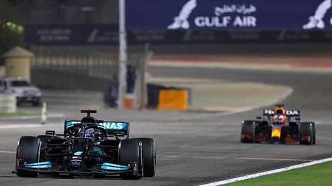 Red Bullin Max Verstappen jahtasi Lewis Hamiltonia loppuun asti, mutta kokenut britti piti haastajansa kurissa.