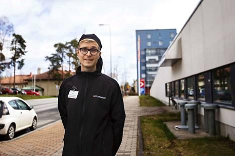 Kokiksi valmistuva Risto Saarinen kertoo olevansa henkisesti valmistautunut siihen, että alan töitä ei saa aivan lähiaikoina saa. Saarisen mietteissä on hakea töitä myös ulkomailta sitten, kun matkustaminen on jälleen mahdollista.