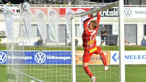 Loukkaantunutta Mika Hilanderia tolppien välissä tuurannut Aatu Hakala (kuvassa) debytoi Veikkausliigassa kovaan paikkaan torstaina Tehtaan kentällä kotiottelussa HJK:ta vastaan.