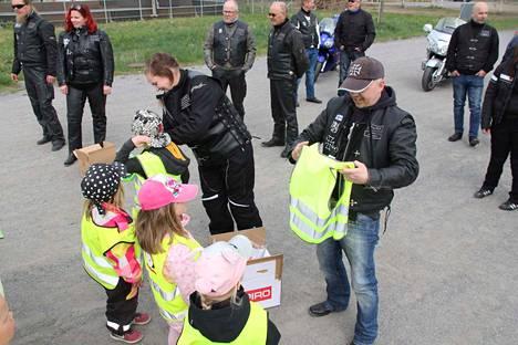 Kankaanpään Moottoripyöräkerho lahjoitti Impivaaran lapsille tyylikkäät huomioliivit. Kuvassa jakohommissa ovat Tiina Haavisto ja Veiko Saarela.