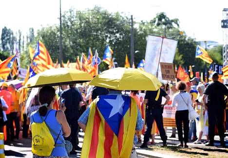 Katalonian itsenäisyyden puolustajat jaksoivat seisoa lähes koko päivän Strasbourgin paahtavassa helteessä europarlamenttirakennuksen ulkopuolella.