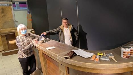 Marita Mellin ja Petteri Toroska rakentavat kauppakeskus Ison Karhun katutasoon baarin ja myymälän yhdistelmää, joka keskittyy pääasiassa pienpanimoiden oluisiin, lonkeroihin ja siidereihin.
