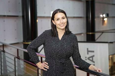 Kaksi vuotta pankkialalla työskennellyt Anniina Laino sanoo asiakkaiden olevan työnsä voimavara. -Tykkään tehdä töitä erilaisten ihmisten kanssa ja saan siitä virtaa päiviin.