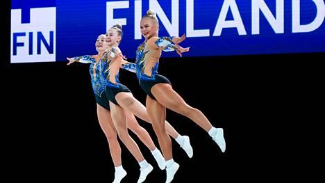 Nelli Paulamäki (oik.), Anni Pulkki ja Lumi Vahteristo taituroivat suomalaista lajihistoriaa EM-tasolla sijoittumalla finaalin viidenneksi.