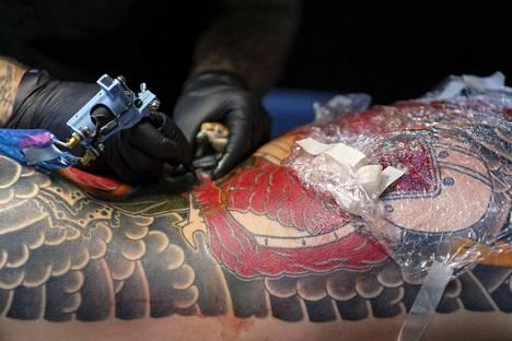 Joistakin tatuointi- ja kestopigmentointiväreistä on löydetty haitallisia kemikaaleja. Kuvituskuva.