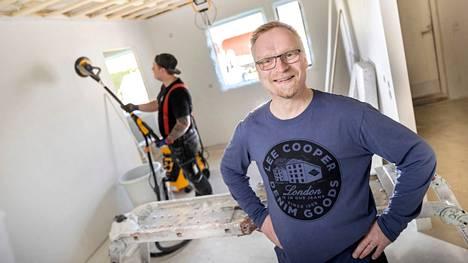 Pekka Lasonen on nyt tyytyväinen mies. Takana on pelottavan kokemuksen muistot ja nyt mennään kohti uutta. Hatanpää & Erkkilän työmiehet saavat Pekalta vuolaita kehuja.