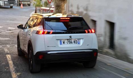 Tyypillinen ladattavalla hybridillä ajava suomalainen asuu omakotitalossa ja auto on hankittu työsuhdeautoksi.