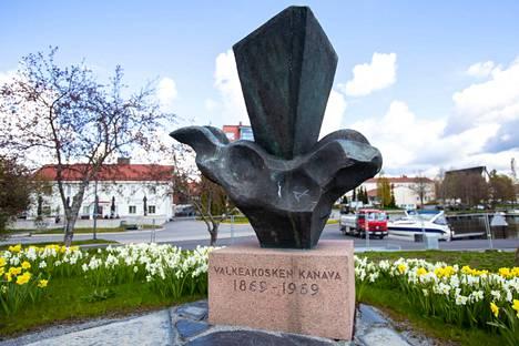 Valkeakosken kanavan muistopatsas sijaitsee Lepänkorvan puistossa. Näin komeasti uusitun puiston narsissit kukkivat viime keväänä.