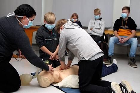 Ensihoitaja Heidi Wiman opetti Mäntän VPK:n nuoriso-osaston Eevertti Karppiselle (keskellä) ja Valtteri Stenhällille elvytystä.