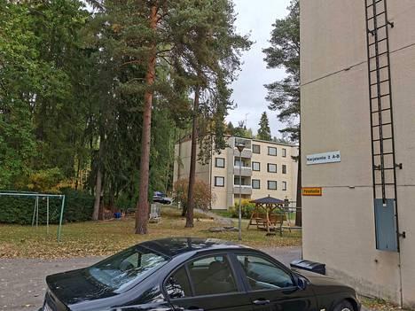 Karjalantien talonumeroinnin selkeyttämisestä on tehty valtuustoaloite. Karjalantien torneista erillään olevat talot 2 ja 4 ovat aiheuttaneet päänvaivaa, sillä Karjalantie 2:n (kuvassa etualalla) taloon on kulku Lehmustien kautta, mutta naapuritaloon 4 Karjalantieltä.