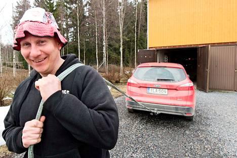 Aarne Toivon harrastuksena on kiertää ralleja ja kiskoa tieltä suistuneita autoja takaisin tielle. Mieli on musta, jos käteen osuu väärä arpa eli helppo mutka.