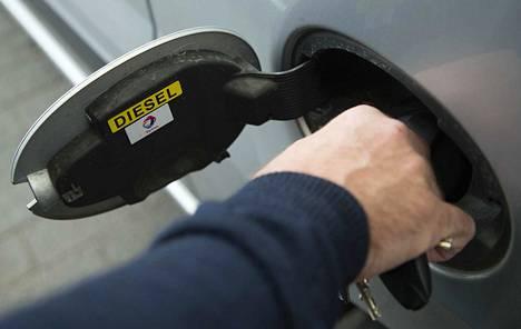 Ensi elokuulle osuvan 250 miljoonan euron polttoaineveron korotuksen lisäksi hallitus on nostamassa parafiinisen dieselöljyn verotusta 120 miljoonalla eurolla tällä hallituskaudella.