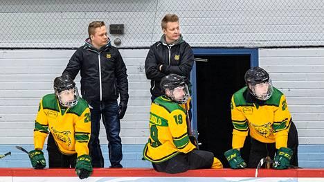 Miikka Kuuselan (takana oikealla) valmentama Ilves hävisi edellisessä ottelussa Kooveelle.