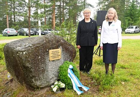 Elina Laaksi (vas.) ja Raili Kivilahti jäivät sotaorvoiksi jo muutaman kuukauden ikäisinä.