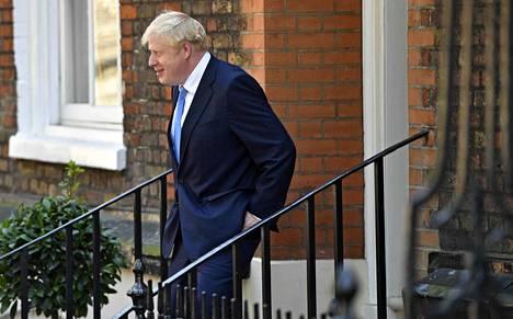 Konservatiivien puheenjohtajakisan voittaja, Britannian tuleva pääministeri Boris Johnson poistui virka-asunnostaan tiistaina päivällä.