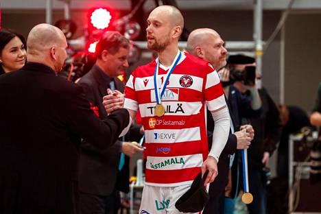 Olli Kunnari sai kaulaansa pelaajana lukuisia kultamitaleita. Kuva cup-juhlista vuodelta 2020.