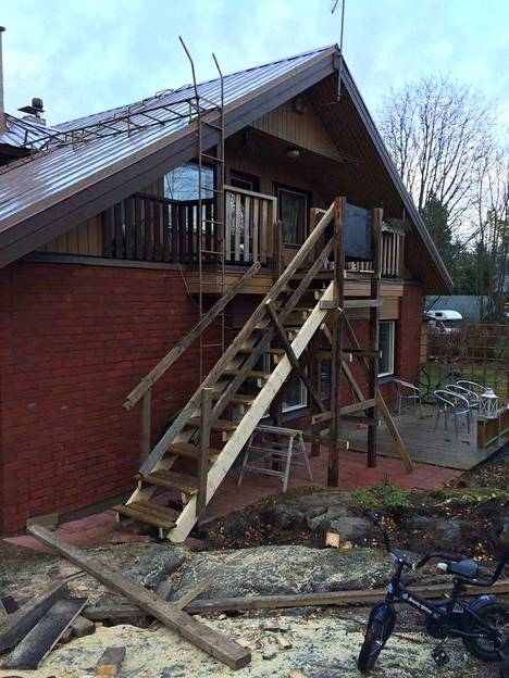 Kuvassa talo remontin keskellä. Yläkertaan on rakennettu vaihtoehtoinen sisäänkäynti.