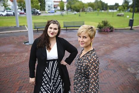 Auri Saarelainen (vasemmalla) ja Anna Weckström ovat Valkeakosken kaupunginvaltuuston nuorimmat jäsenet. He odottavat innolla alkavaa valtuustokautta, joka on molemmille elämän ensimmäinen.