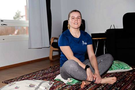 Tampereen Jumppatiimin Laura Hongisto opastaa kotioloissa treenaamiseen.